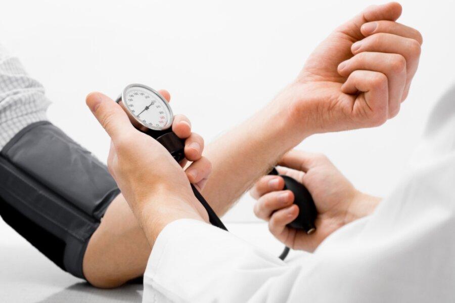 Blutdruckmessen gehört zu den vielen Aufgaben eines Hausarztes. Von diesen Medizinern gibt es auf dem Land zu wenige.
