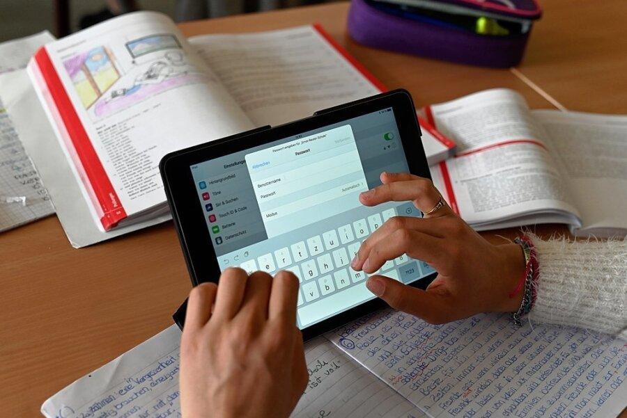 Digital ist besser, erst recht in Coronazeiten: Pandemiebedingt könnte sich der Alltag an deutschen Schulen schneller ändern als ursprünglich geplant - für Schüler und Lehrer.