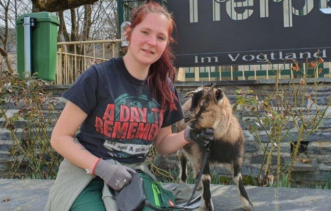 Tierpflegerin Silke Hager kümmert sich im Tierpark Klingenthal nicht nur um Zwergziege Hanni, die, sobald wieder geöffnet ist, vielleicht zum Liebling der Kinder wird.