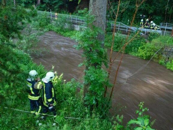 Feuerwehrleute suchen am Dienstagabend nach der vermissten Person.