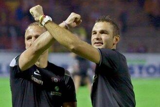 Chefcoach Tomislav Stipic (r.) und Co-Trainer Steffen Ziffert feierten das 3:0 gegen den FC St. Pauli in der Auer Fankurve.