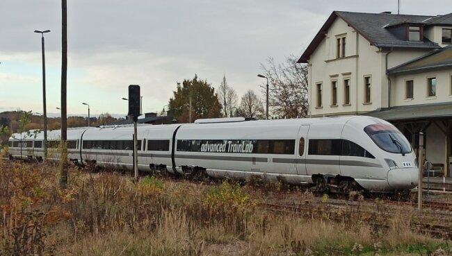 Ein sogenannter Trainlab hielt am Mittwoch auf dem Bahnhof in Weischlitz. Bei solchen Probefahrten wird erforscht, wie der Bahnverkehr in Zukunft fortschrittlicher gemacht werden kann. Unter anderem geht es um autonomes Fahren, das Testen von Fahrerassistenzsystemen.