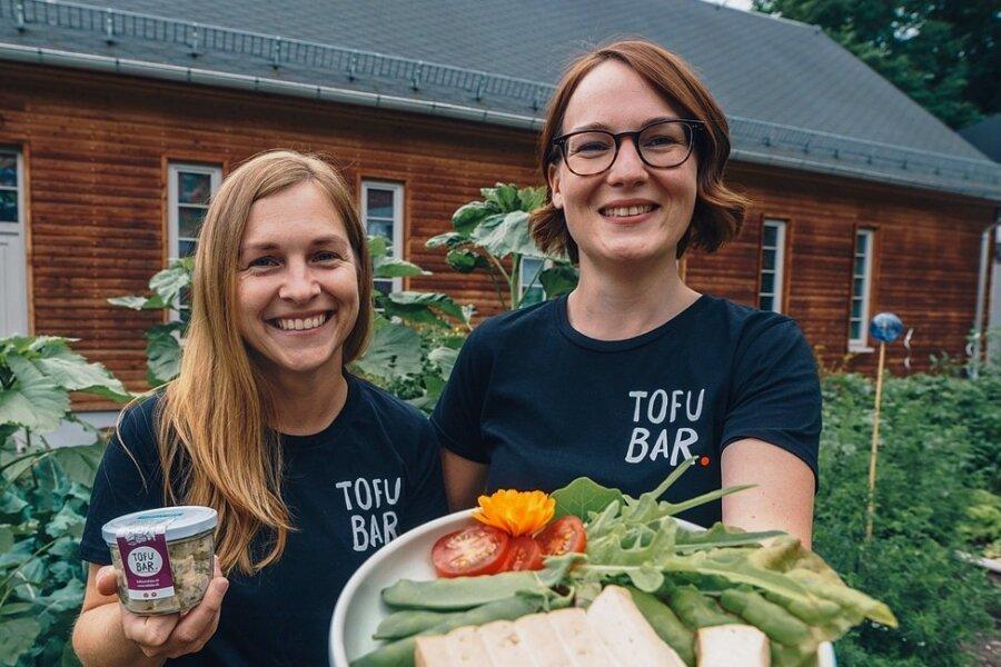 """Alles Quark, das mit dem Soja? Die """"Tofubar""""-Betreiberinnen Lisa Preuße (links) und Julia Jeschek vor ihrer Produktionsstätte auf dem Kaßberg in Chemnitz."""
