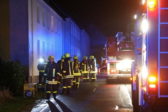 Von der Versammlung zum Einsatz: Die Kameraden der Freiwilligen Feuerwehr rückten am Samstagabend zu einem Einsatz in Rödlitz aus.
