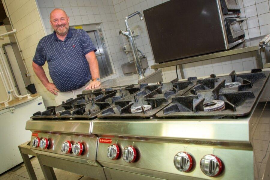 Roger Sandler in der Küche des Restaurants Hirsch: Der Gastronom und neue Pächter ist froh, das Inventar wie diesen Gasherd nutzen zu können, muss aber trotzdem bis zum Küchenstart noch in weitere Geräte investieren.