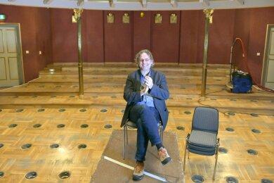 Ralf-Peter Schulze, Intendant des Mittelsächsischen Theaters, im ausgeräumten Zuschauerraum des Freiberger Stadttheaters. Das Parkett im Parkett soll im Sommer generalüberholt werden.
