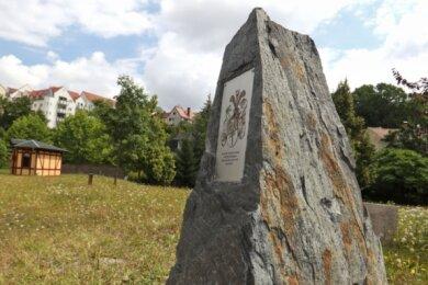 Auf der Edelstahlplatte, welche den Gedenkstein ziert, ist das Familienwappen der Familie Bochmann zu sehen.