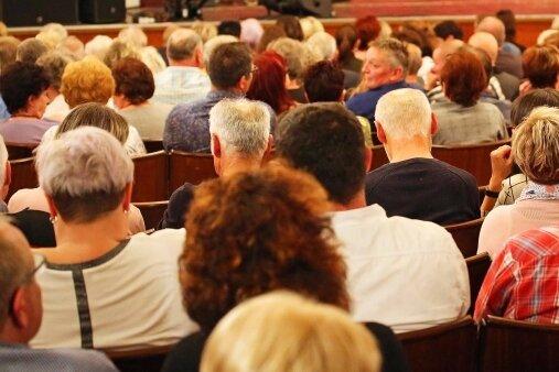 """320 Besucher verfolgten am Samstagabend die Show """"Mr. Rod"""" im Theater in Crimmitschau."""