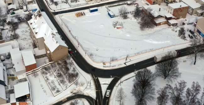 Der gesamte Kurvenbereich an der Ampelkreuzung wird neu gestaltet. Im März ist Baubeginn. Foto: Mario Dudacy