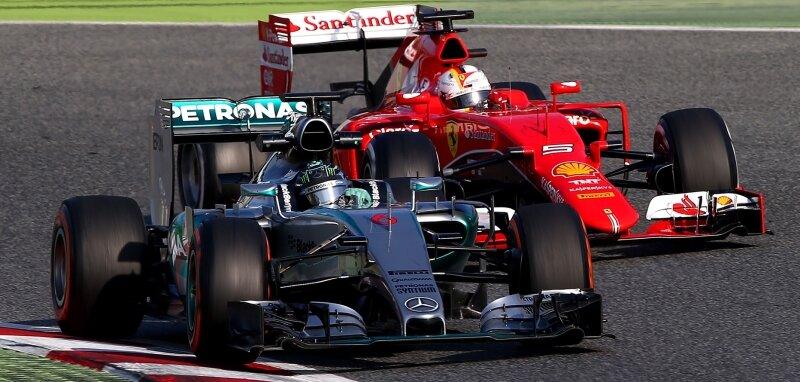Nico Rosberg im Mercedes vor Sebastian im Ferrari bei den Testfahrten Anfang des Monats in Barcelona.