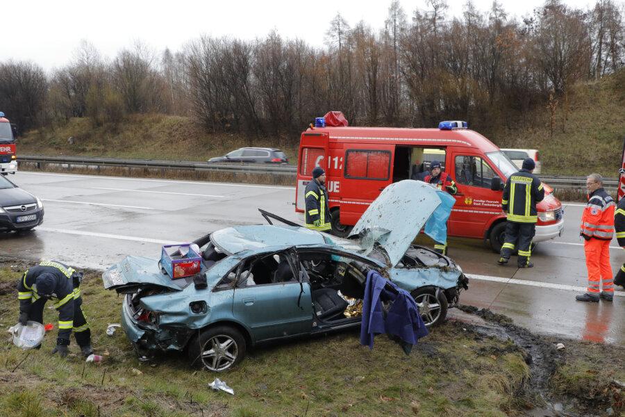 Audi überschlägt sich auf A4 - Zwei Schwerverletzte