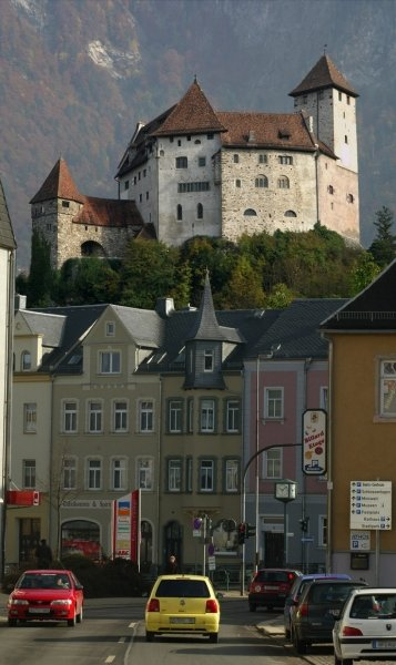 Oben Liechtenstein, unten Lichtenstein. Das Schloss von Vaduz thront in dieser Montage hoch über der Stadt Lichtenstein. Das Wahrzeichen des Fürstentums ist es, was Touristen zuweilen hier in Sachsen vergeblich suchen.