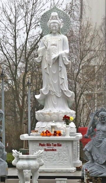 Im Hof der ehemaligen Gaststätte an der Lippoldsruh trotzt die weibliche Statue Wind, Wetter und den Behörden.