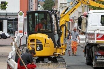 Kein Verkehr am Markt in Meerane: Bauleute bringen Glasfaserleitungen in die Erde.