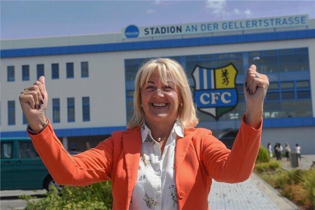 Die Vorstandsvorsitzende des CFC, Romy Polster, hat gut Lachen. Die Fans haben ihren Hilferuf nach Unterstützung erhört.