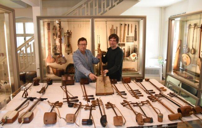 Musikethnologe Rolf Killius (links) aus London und Stefan Hindtsche, Direktor des Musikinstrumenten-Museums Markneukirchen, zeigen Instrumente, die aus China, Vietnam, Korea, Japan ins Vogtland kamen.