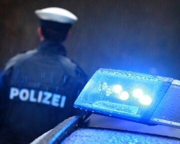 In Lichtentanne wurde ein fahrendes Auto offenbar mit einem Gegenstrand beworfen (Symbolfoto).