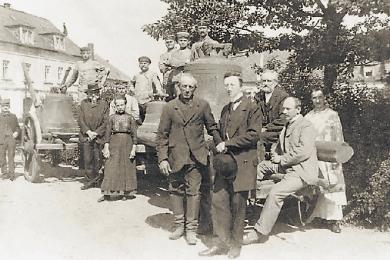 Frauenstein musste im Juli 1917 drei seiner vier Bronzeglocken für Kriegszwecke abliefern, das Bild entstand vor der Abfahrt aus der Stadt. Das Geläut kam zwar unzerstört zurück, wurde aber dann im Zweiten Weltkrieg eingeschmolzen.