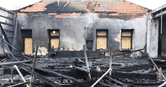 Nach dem Brand der Ringerhalle des AV Germania ist kaum etwas zu retten - zumindest nicht aus dem völlig zerstörten Wettkampfsaal.