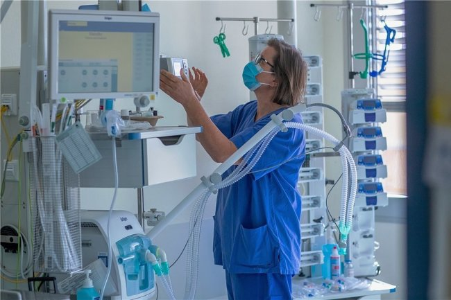 Begehrte Mangelware: Krankenschwester Cornelia Möller prüft ein Beatmungsgerät in einem Zimmer der Intensivstation in der Schweriner Helios-Klinik.