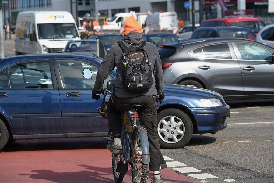 Alltag im nachmittäglichen Berufsverkehr an der Bahnhofstraße.