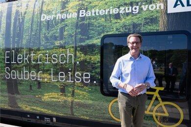 Minister Andreas Scheuer (CSU) vor dem Batteriezug von Alstom. Mit ihm an Bord ging es von Annaberg-Buchholz nach Cranzahl.
