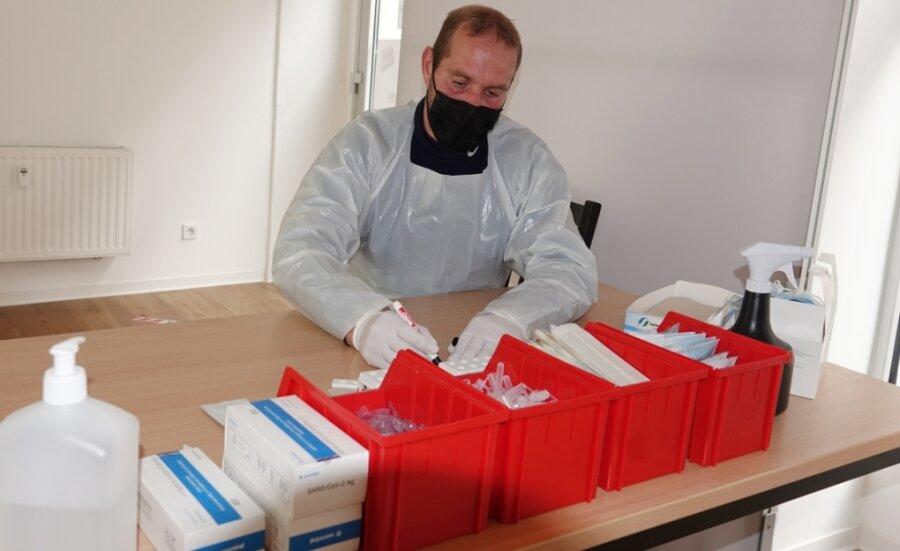 Seit die Antigen-Schnelltests nicht mehr für alle kostenlos sind, ist ihre Zahl stark zurückgegangen. Mitarbeiter Marco Ehrig wartet in der Teststelle im Zwickauer Zentrum auf Kundschaft.