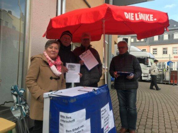 Lothar Kühn (r.), Vorsitzender des Linken-Ortsverbandes Zschopau und Umgebung, und Norbert Staffa (2. v. r.) mit weiteren Mitgliedern bei der Unterschriftensammlung gegen die Voith-Schließung.