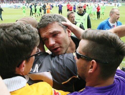 Trainer Tomislav Stipic ging nach der Partie auf die mitgereisten Fans zu.