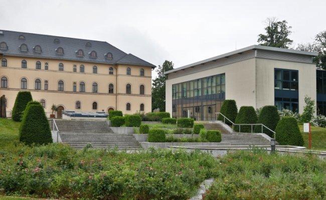 Das Schlosspalais (links) und der Neubau des Daetz-Centrums in Lichtenstein.