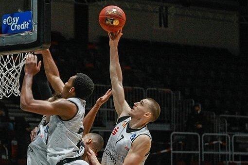 Eine Szene mit Symbolcharakter: Jonas Richter (mit Ball) setzt nach einem offensiven Rebound zum Korbleger an, Mitspieler Isiaha Mike (vorn) hängt sich an den Korb und verhindert so die Punkte.