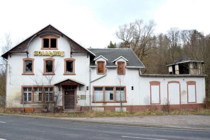 Das Alte Zollhaus nahe der Bobritzschmündung in die Freiberger Mulde ist in Privatbesitz und wird seit den 1990er-Jahren nicht mehr genutzt. Zu DDR-Zeiten war hier auch ein Kinderferienlager.