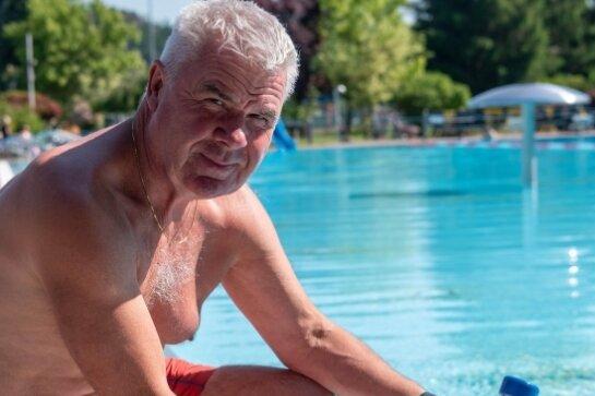 Andreas Quegwer, Schwimmmeister im Rochlitzer Stadtbad, prüft die Wassertemperatur. Am gestrigen Donnerstag zeigte das Thermometer 25 Grad an.
