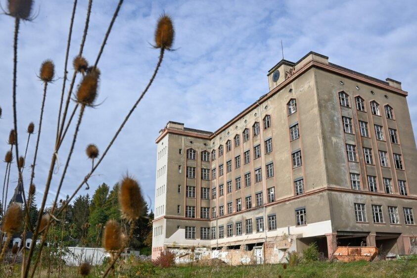 Die ehemalige Textilfabrik Guido Unger in Taura soll ein Wohnhaus werden. Lange Zeit ruhten die Arbeiten - wegen fehlender Kapazitäten und der Coronapandemie, sagt der Investor. Jetzt geht es weiter: mit dem Abriss eines ehemaligen Lastenaufzuges.