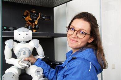 Lisa Schmidt zeigt den Nao-Roboter in der Ausstellung der Weißkaue.