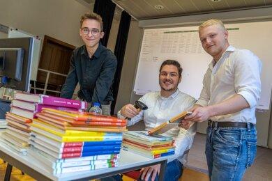 Laurenz Riedel, Joshua Gehmlich und Justin Brückner (von links) haben im Team die Bibliothekssoftware programmiert, die am Goethe-Gymnasium Auerbach zum Einsatz kommen soll. Auf den Tag genau vier Jahre nach dem Projektstart in Grünbach ist die Software an der Schule präsentiert worden.Foto: David Rötzschke