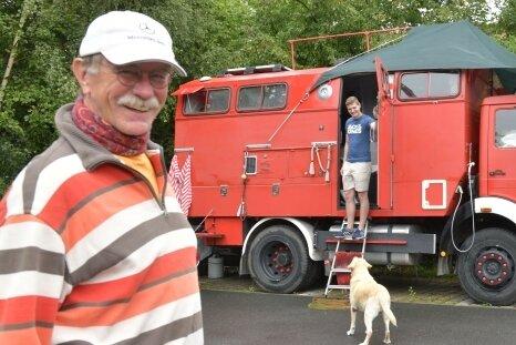 Lothar Schwarzwald - hier mit seiner Tochter Malena und ihrem Baby - hat einen ausgedienten Kommandowagen der Feuerwehr zu einem Wohnmobil umgebaut. Er macht gerade Station in Freiberg.