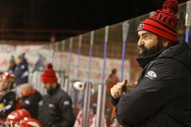 Trainer Mario Richer ist verärgert: Er sieht die Konzentrationsphase seiner Profis vor und während den Partien in der Kabine gestört.