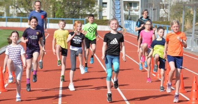 Auf dem Platz der Einheit in Freiberg geht es wieder los: Die Kinder und Jugendlichen des Trainingsvereins Leichtathletik (TVL) Freiberg - hier Susanne Scholze und Ralph-Uwe Börner mit den Mädchen und Jungen der AK 9-13 - sind seit einer Woche wieder im Training.