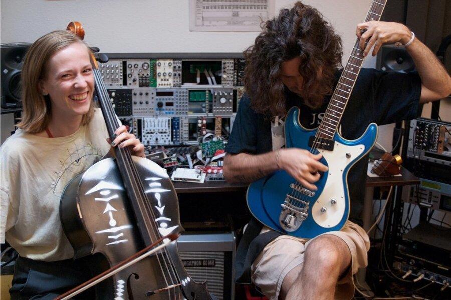 Aus dem Klangchaos schöpfen sie neue Musik: Die Chemnitzer Cellistin Helene Winkler und der brasilianische Elektromusiker Christian Borges Zahn bei der Arbeit im Berliner Studio.