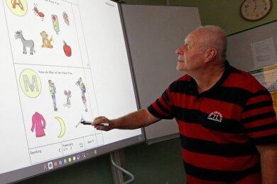 Die Grundschule Jocketa ist seit Schuljahresbeginn mit insgesamt vier interaktiven Tafeln ausgestattet. Lehrer Stefan Meinel ist von der neuen Technik begeistert.