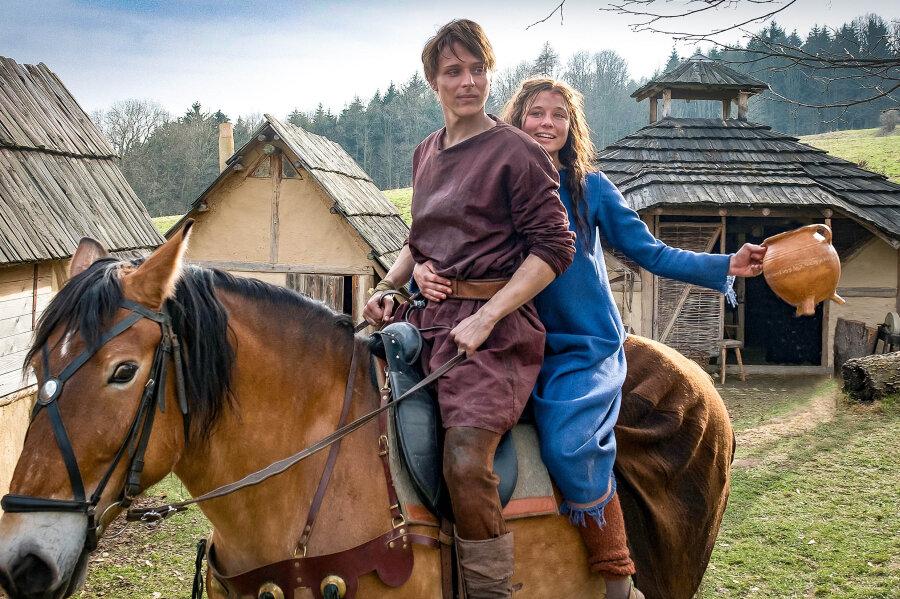 Svenja Jung spielt in dem Film die Rolle der Jolanthe und Merlin Rose ist in der Rolle von Veit v. Hammerlitz zu sehen.