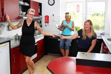 Saskia Oheim (links) und Marina Müller sahen sich gemeinsam mit ihrer einstigen Betreuerin Kerstin Krüger unter anderem in der Küche ihres ehemaligen Wohnbereiches um.