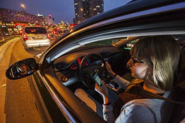 Läuft der Motor, ist die Handynutzung ein Verstoß gegen die Straßenverkehrsordnung, wenngleich im stockenden Verkehr vor roter Ampel nicht so gefährlich wie auf freier Landstraße. Da kann sie tödlich enden.