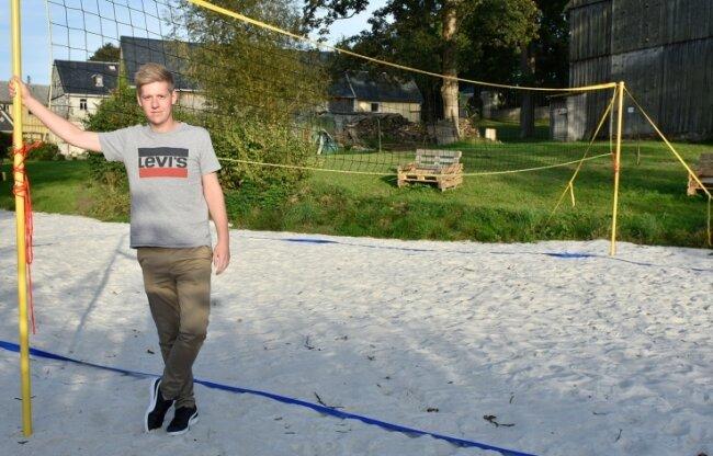 Ortsvorsteher Oliver Scholz präsentiert den neuen Beachvolleyballplatz.