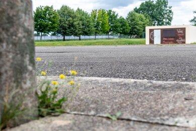 Den asphaltierten Platz neben der Turnhalle an der Turnerstraße kennen viele Kinder. Dort haben einige das Fahrradfahren gelernt und eine Verkehrsprüfung abgelegt. Jetzt soll die Asphaltfläche saniert werden.