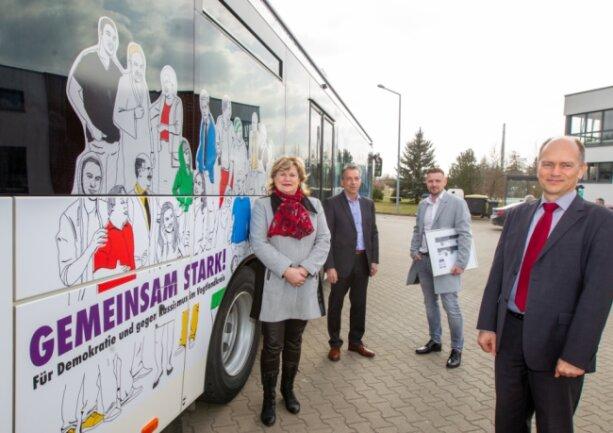 Gleichstellungsbeauftragte Veronika Glitzner, Michael Klau und Mischa Müller von der Thüringer Firma SD Verkehrs-Medien Thüringen und Thomas Schwui, Geschäftsführer des Plauener Omnibusbetriebs, stellten den neuen Werbe-Bus am Donnerstag in Plauen vor. Es handelt sich um ein Fahrzeug vom Typ Iveco, Baujahr 2018.
