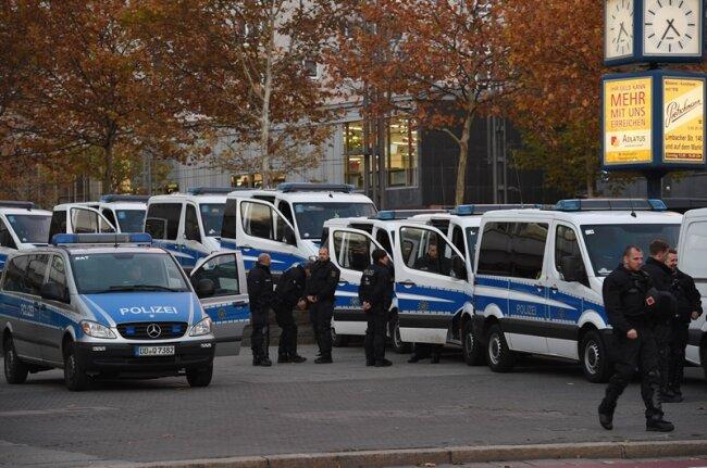 Die Polizei war mit einem Großaufgebot präsent, um die Lager zu trennen.