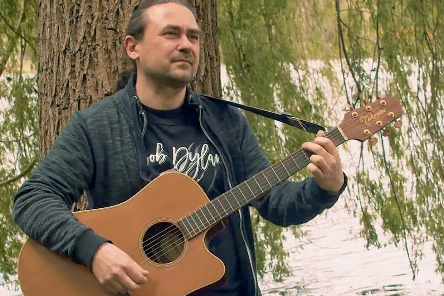 Singen für Bob am Schloßteich: Matthias Schubert, Pfarrer aus Chemnitz, hat ein Lied zu Dylans Geburtstag geschrieben.