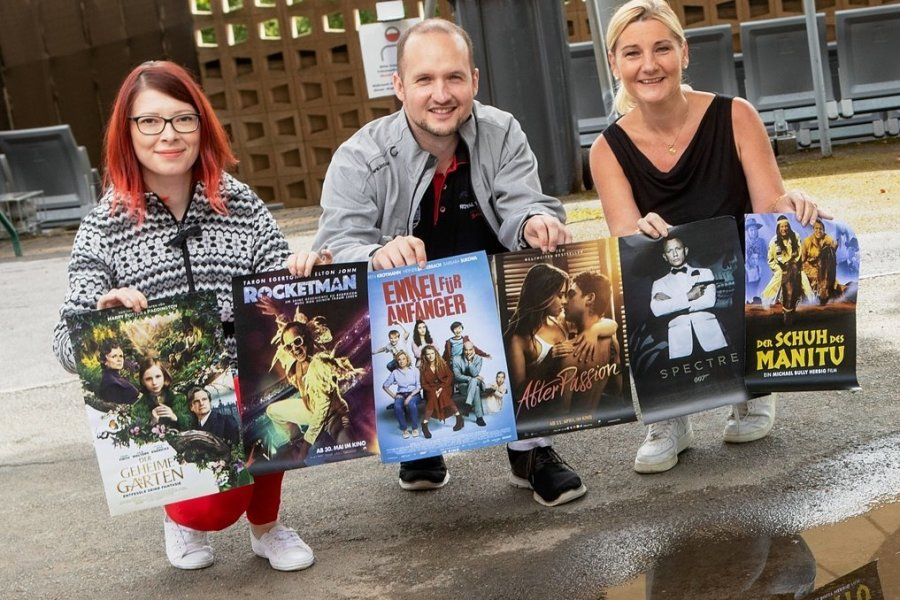 Die Filmplakate für die sechs Wunschfilme versprechen eine schwere Wahl: Anne Krieger vom Festhallenteam sowie Stefan Lehmann und Bärbel Winter vom Kino Capitol in Plauen bereiten das Sommerkino vor.
